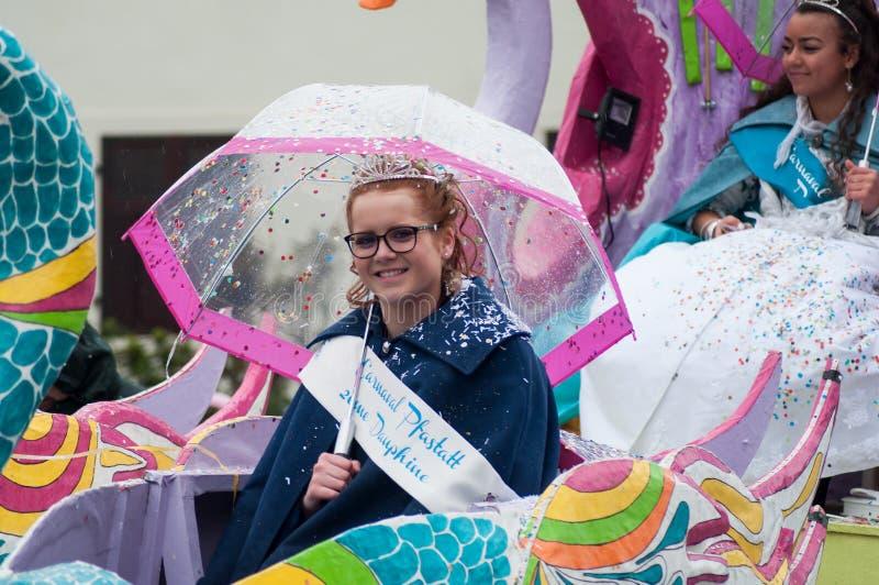 Портрет усмехаться мисс carnaval с зонтиком во время парада в улице стоковое изображение rf