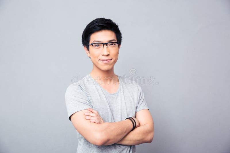 Портрет усмехаясь азиатского человека при пересеченные руки стоковая фотография rf