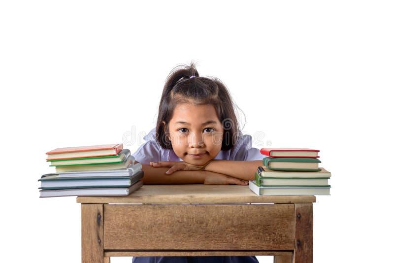 Портрет усмехаясь девушки маленького студента азиатской с образованием много книг и концепцией школы изолированной на белой предп стоковое фото rf