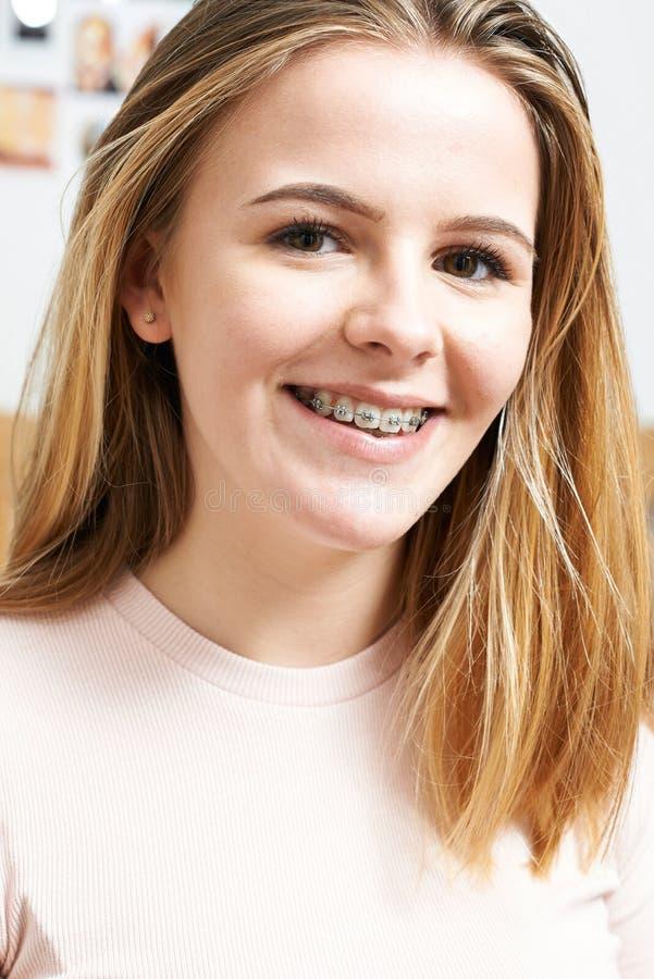 Портрет усмехаясь девочка-подростка нося зубоврачебные расчалки стоковые изображения