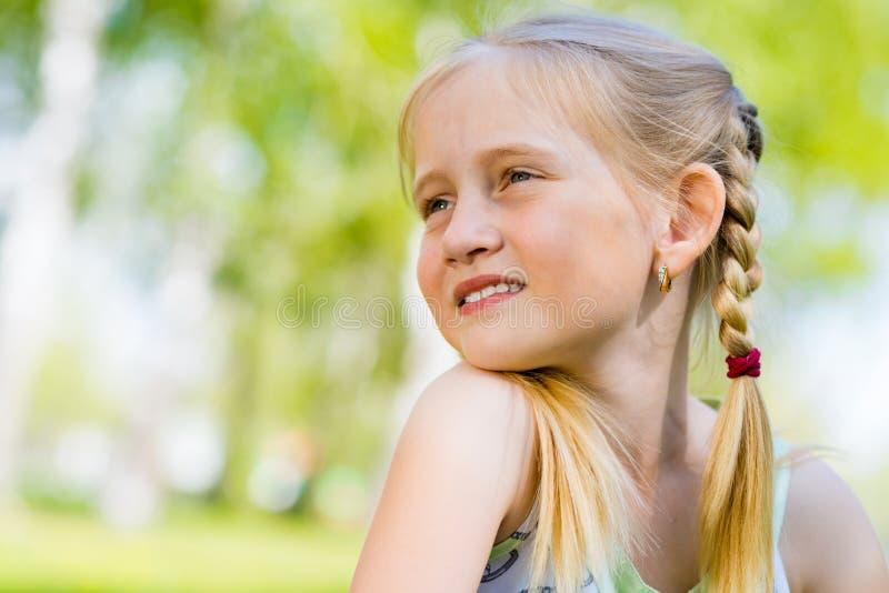 Портрет усмехаясь девушки в парке стоковое фото