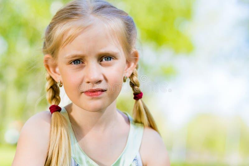 Портрет усмехаясь девушки в парке стоковое изображение rf