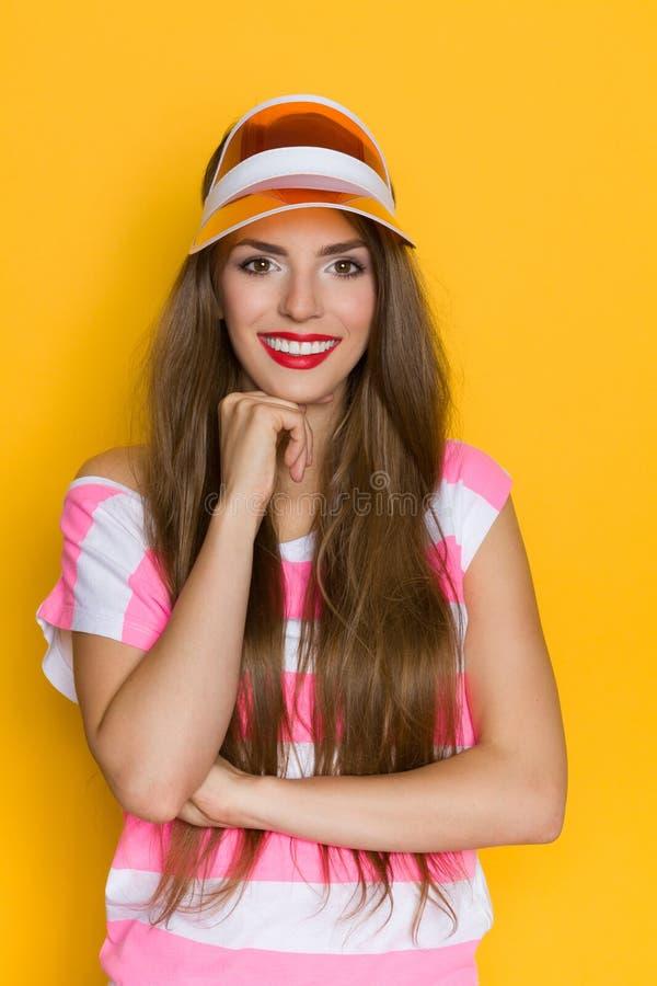Портрет усмехаясь девушки в пластичной крышке стоковые изображения