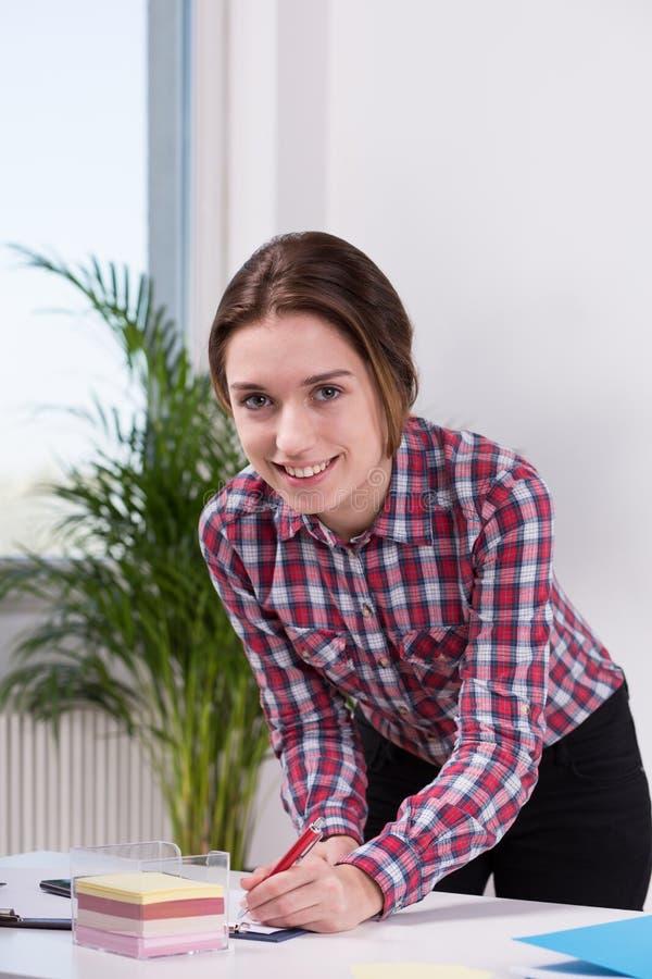 Портрет усмехаясь женского работника стоковая фотография rf