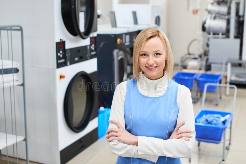 Портрет усмехаясь женского работника стоковые фотографии rf