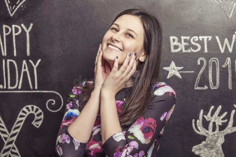 Портрет усмехаясь женщины на белой scribbled предпосылке стоковая фотография