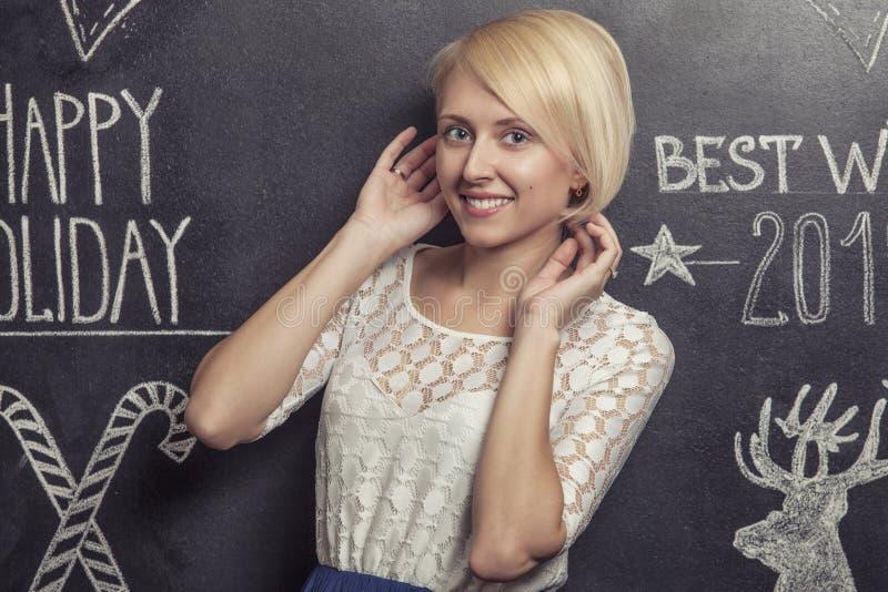 Портрет усмехаясь женщины на белой scribbled предпосылке стоковое изображение