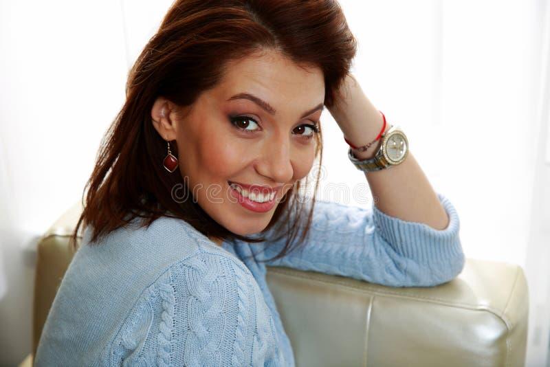 Download Портрет усмехаясь женщины сидя на софе Стоковое Изображение - изображение насчитывающей красивейшее, симпатично: 37926871
