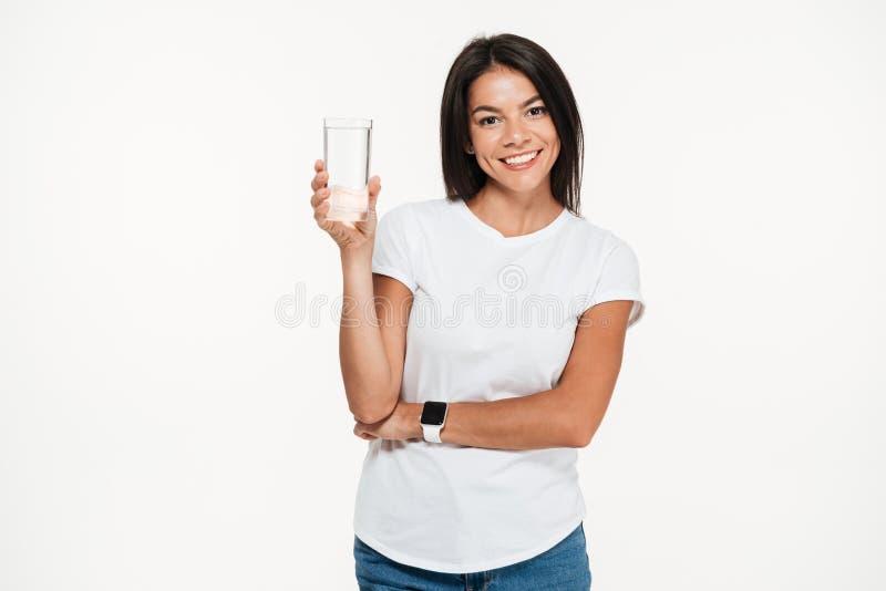 Портрет усмехаясь здоровой женщины держа стеклянной с водой стоковое изображение