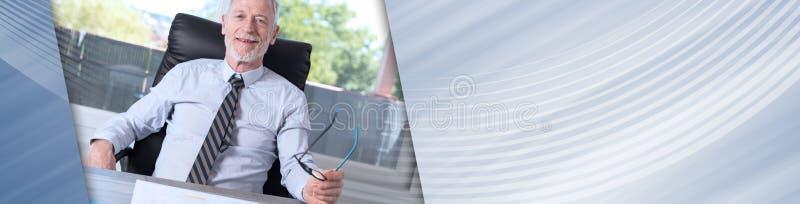 Портрет усмехаясь зрелого бизнесмена панорамное знамя стоковые фото