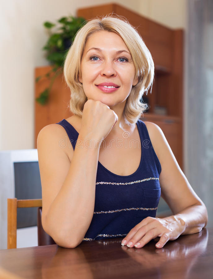 Портрет усмехаясь зрелой женщины стоковое фото rf
