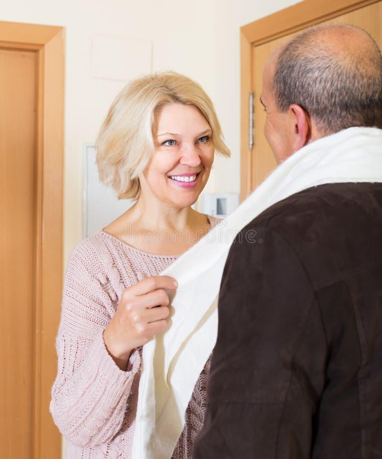 Портрет усмехаясь зрелых супругов стоковое фото