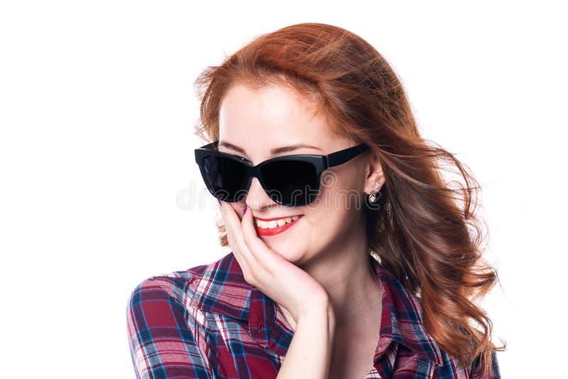 Портрет усмехаясь красивой молодой рыжеволосой девушки в sunglas стоковое изображение rf