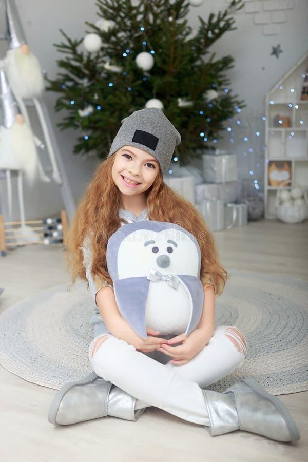 Портрет усмехаясь маленькой девочки в украшениях рождества стоковая фотография rf