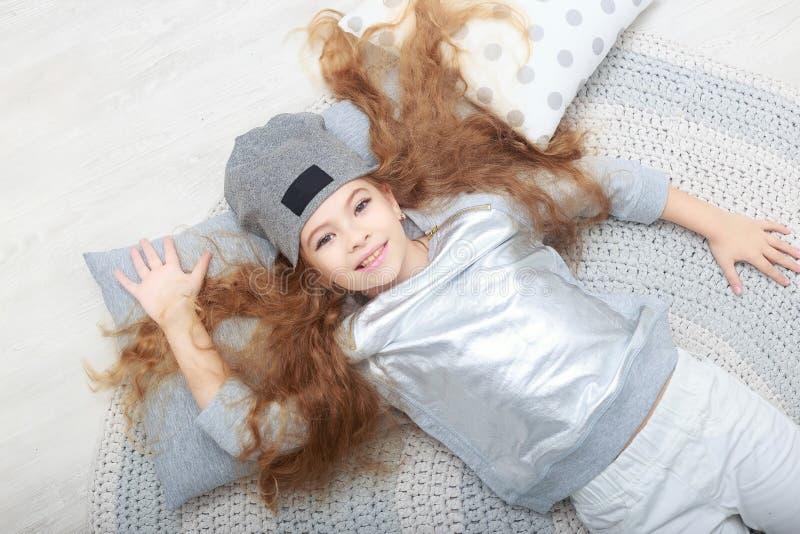 Портрет усмехаясь маленькой девочки в украшениях рождества стоковое изображение