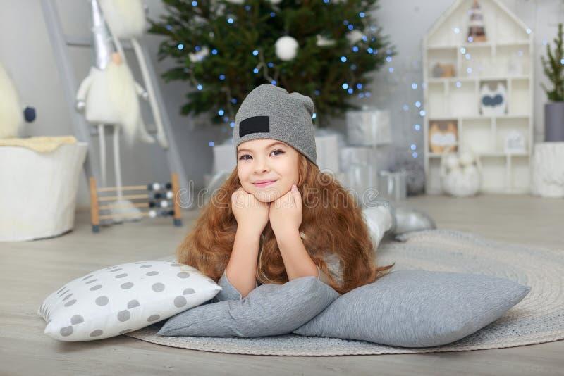 Портрет усмехаясь маленькой девочки в украшениях рождества стоковые изображения rf