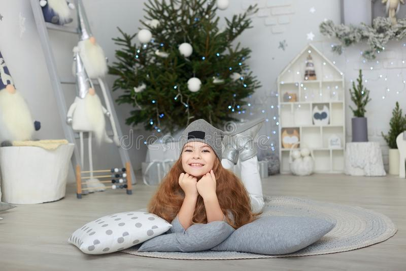 Портрет усмехаясь маленькой девочки в украшениях рождества стоковое фото rf