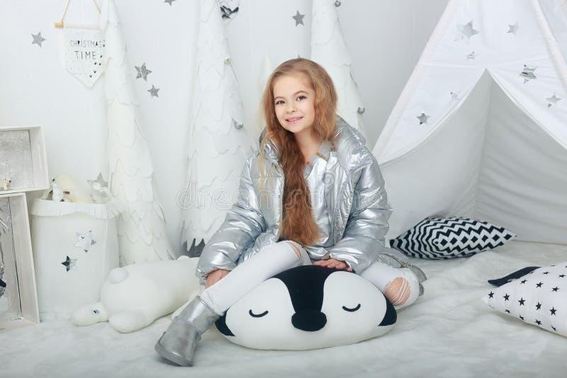 Портрет усмехаясь маленькой девочки в украшениях рождества стоковое изображение rf