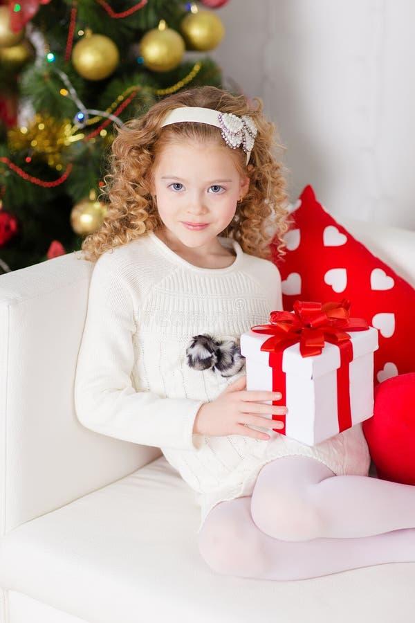 Портрет усмехаясь милой девушки с подарком рождества стоковая фотография rf