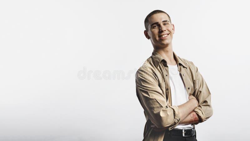 Портрет усмехаясь молодого человека стоковая фотография rf