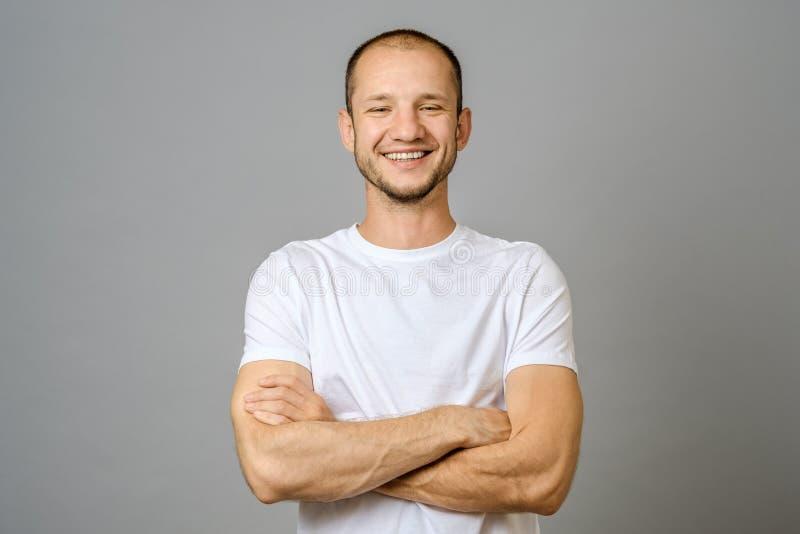 Портрет усмехаясь молодого человека смотря камеру стоковая фотография rf