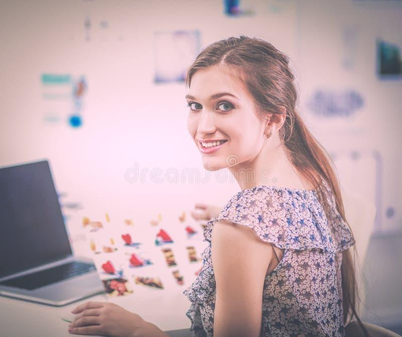 Портрет усмехаясь молодой женщины при камера сидя в квартире просторной квартиры стоковая фотография rf