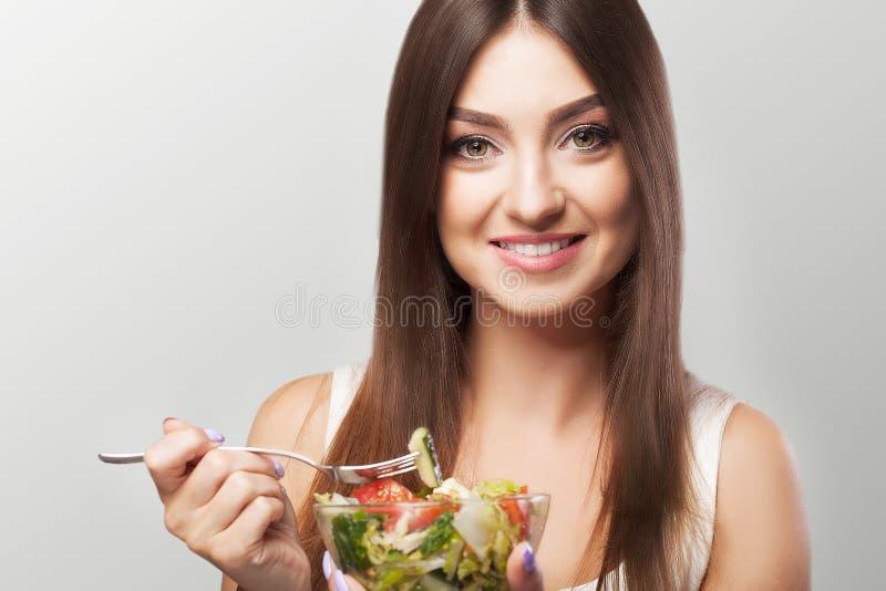 Портрет усмехаясь молодой женщины с вегетарианским vegetable sala стоковые фотографии rf