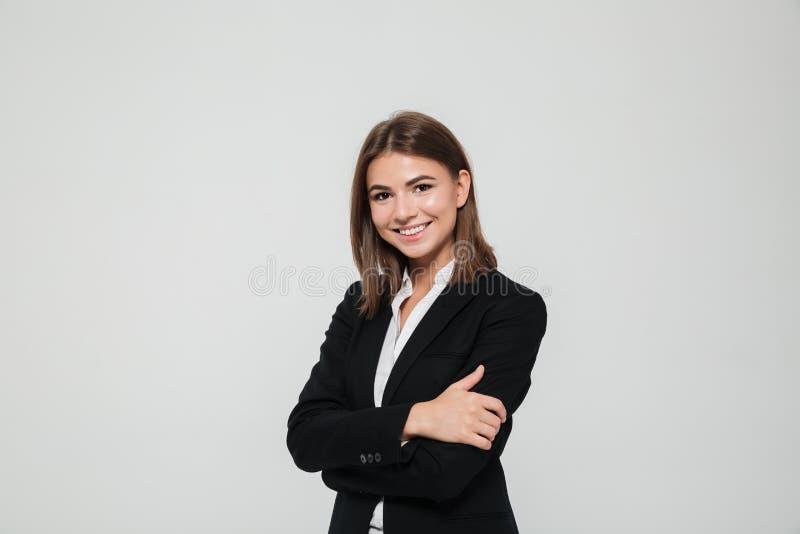 Портрет усмехаясь молодой коммерсантки в костюме стоковое фото rf