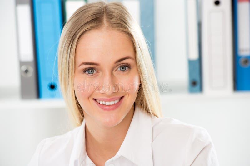 Молодая бизнес-леди стоковое изображение