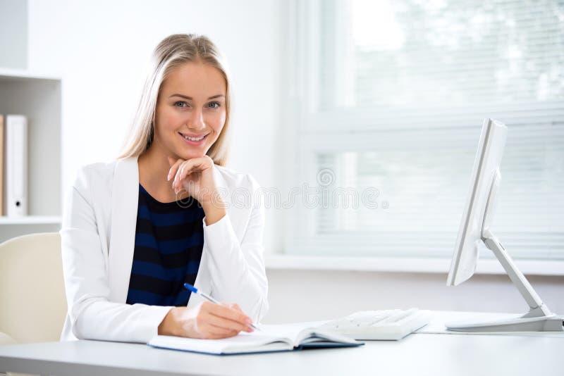 Молодая бизнес-леди стоковая фотография