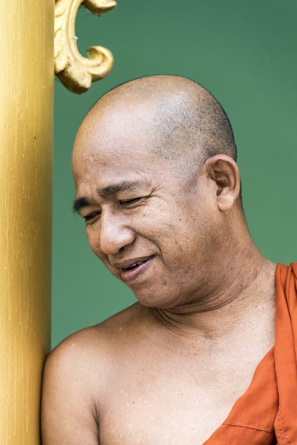 Портрет усмехаясь монаха в пагоде Shwedagon стоковое фото