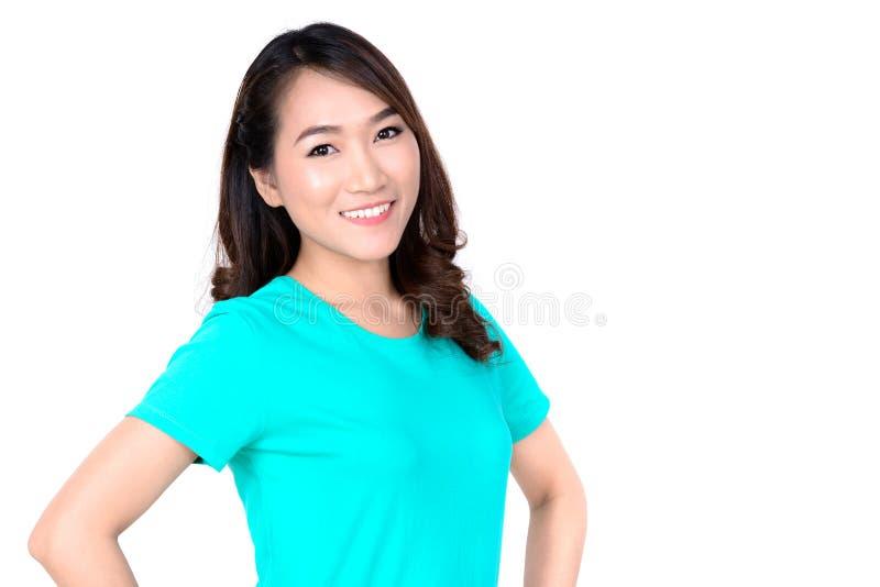 Портрет усмехаясь молодой азиатской женщины в вскользь футболке стоковое изображение