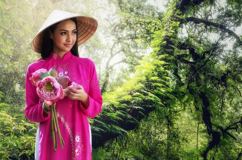 Портрет усмехаясь молодой женщины при длинные волосы нося традиционное платье стоковое фото