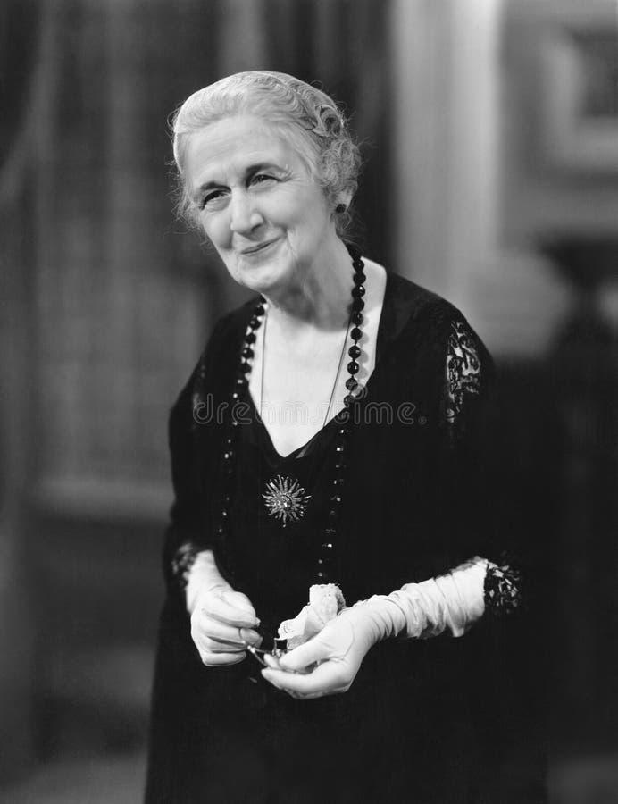 Портрет усмехаясь пожилой женщины (все показанные люди более длинные живущие и никакое имущество не существует Гарантии поставщик стоковое изображение