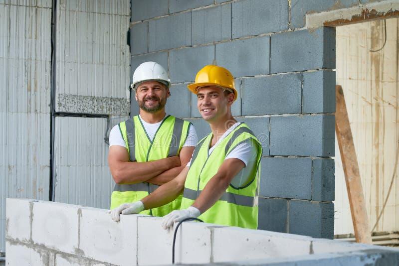 Портрет усмехаясь рабочий-строителей стоковая фотография