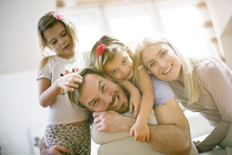 Портрет усмехаясь семьи смотреть камеру стоковые изображения
