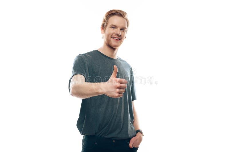 Портрет усмехаясь счастливых больших пальцев руки Гая вверх стоковое фото rf