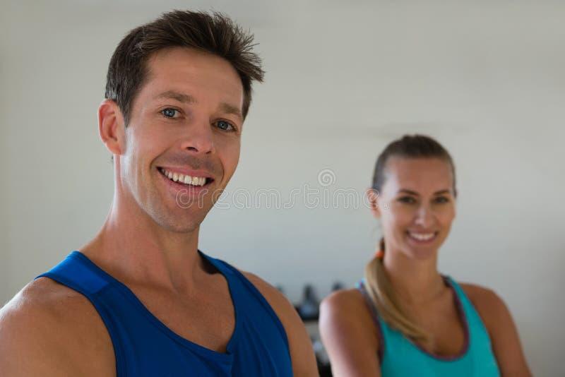 Портрет усмехаясь уверенно спортсменов в спортзале стоковые изображения