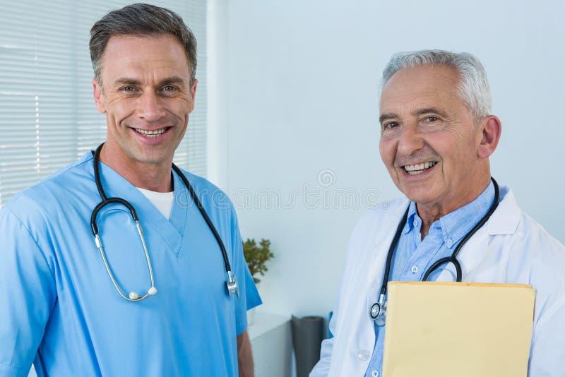 Портрет усмехаясь хирурга и доктора стоковые фото