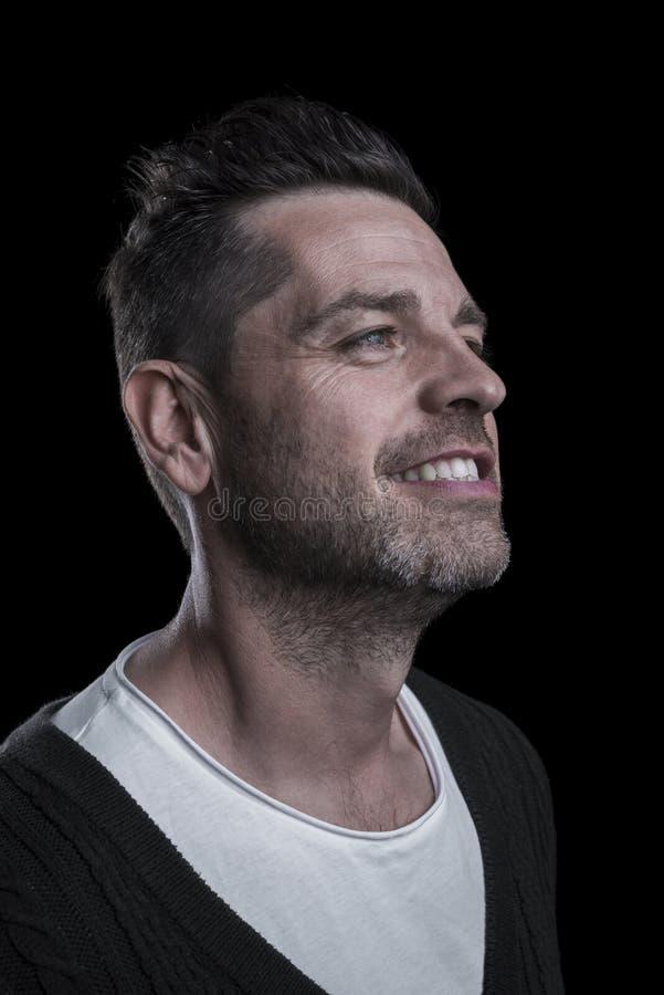 Портрет усмехаясь человека смотря вверх r r стоковое изображение rf