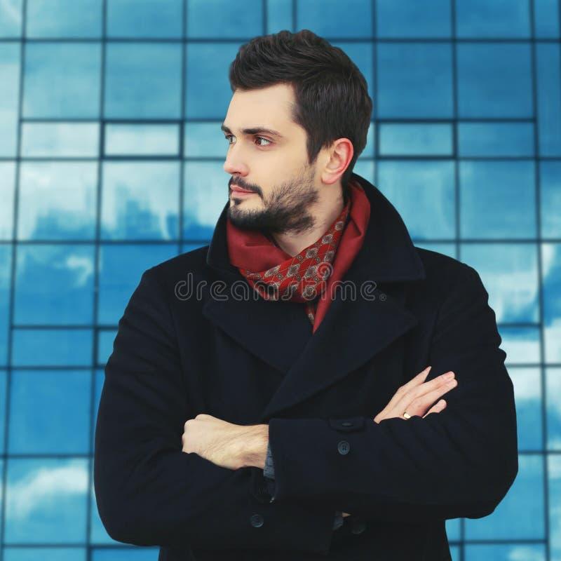 Портрет успешного бизнесмена стоит с пересеченными руками стоковое изображение