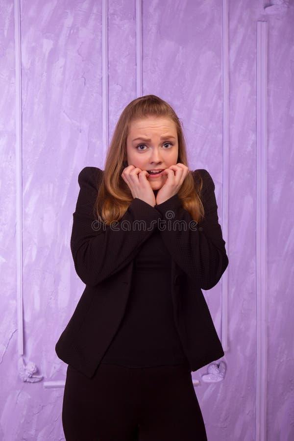 Портрет устрашенной молодой женщины в черном костюме стоковые изображения rf