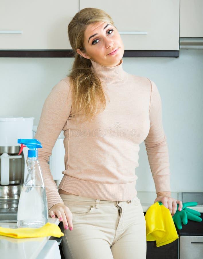 Портрет утомленной женщины на кухне стоковое изображение