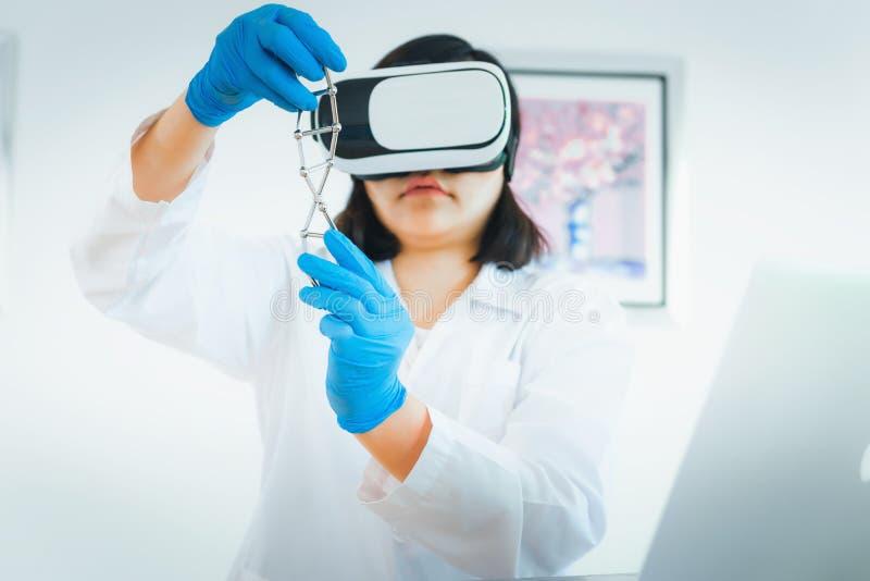 Портрет ученого женщины модель клетки дна рассмотрения с h стоковая фотография
