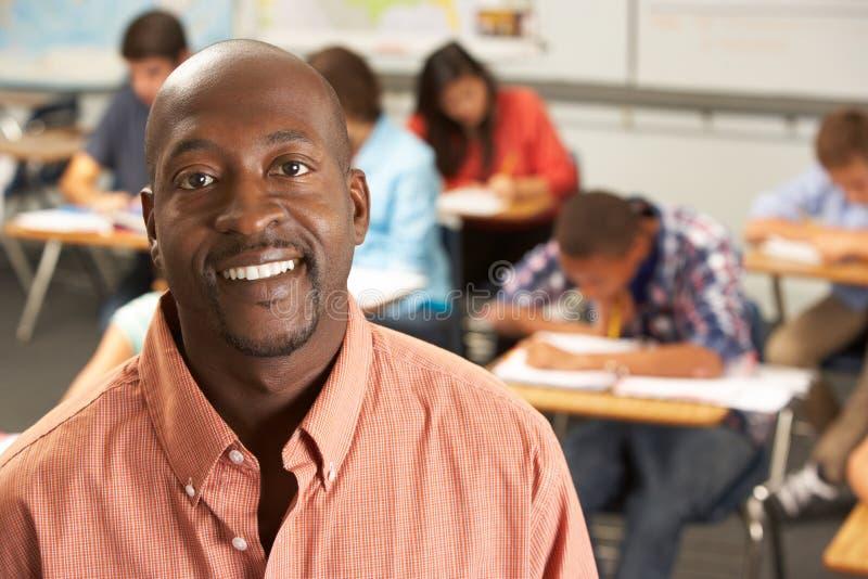 Портрет учителя в классе стоковая фотография