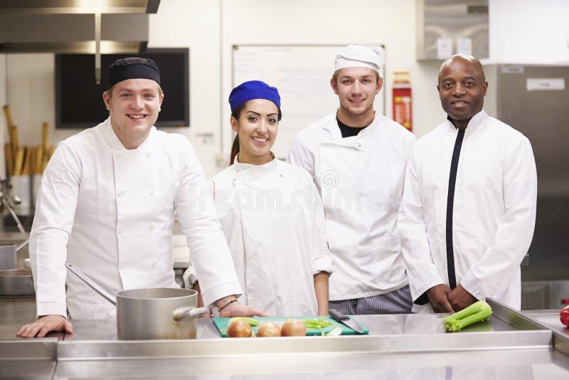 Портрет учителя с студентами в классе ресторанного обслуживании коллежа стоковое изображение