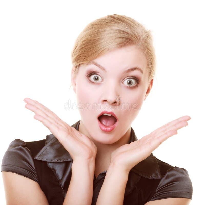 Портрет удивленной женщины сотрясенной коммерсанткой стоковая фотография
