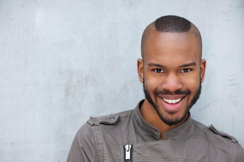 Портрет ультрамодного молодого Афро-американского человека стоковая фотография rf
