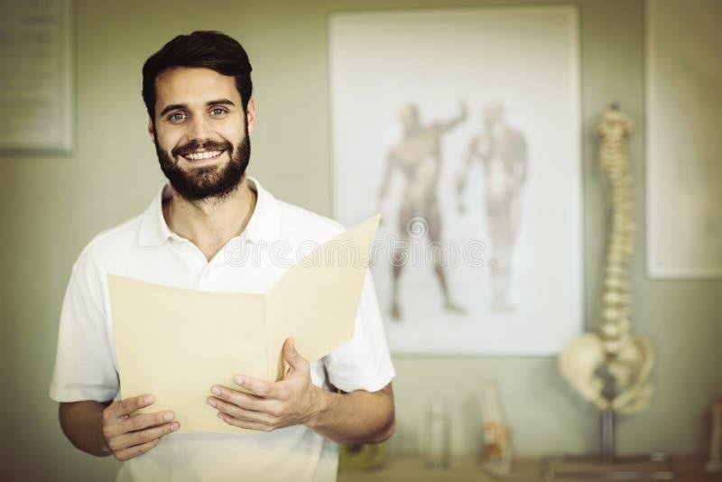 Портрет файла удерживания физиотерапевта стоковая фотография