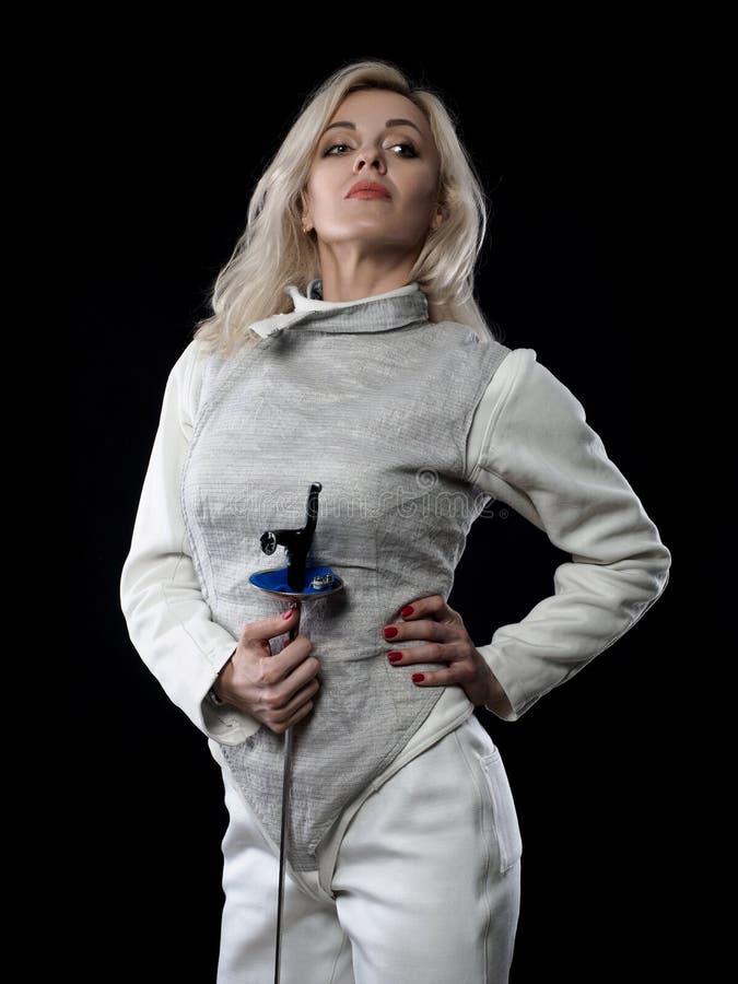 Портрет фехтовальщика взрослой женщины стоковое фото